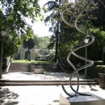 El paseo del Salón acoge una exposición de esculturas de acero del artista Aitor Urdangarín